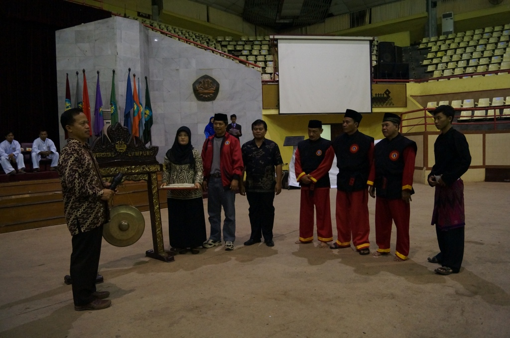 Pemukulan Gong Pembukaan Oleh Pihak Rektorat Universitas Lampung